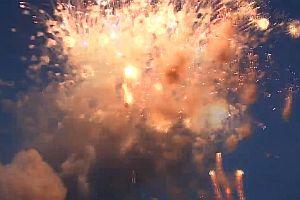Feuerwerk zündet auf einmal