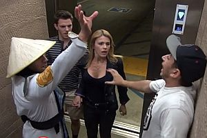 Mortal Kombat Kämpfer im Fahrstuhl 2