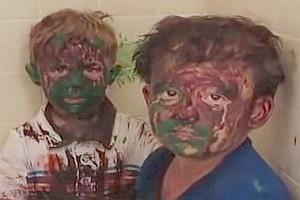 Zwei Brüder spielen mit Farbe