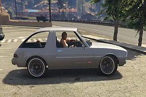 GTA V - Eine Frau parkt aus