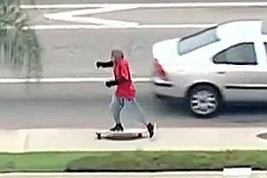 Autodieb versucht mit Longboard zu entkommen