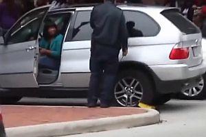Frau fährt mit Parkkralle los