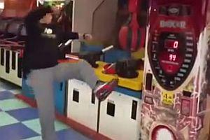 Kampfsportler tritt gegen Boxautomat