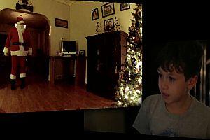 Junge filmt Weihnachtsmann