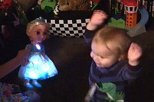 Kleiner Junge freut sich über eine Puppe
