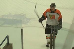 Eishockeyspieler bleibt in einer Tür hängen