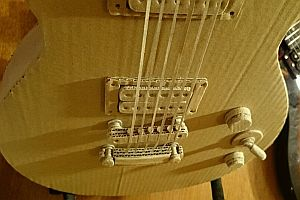 Gitarre aus Pappe