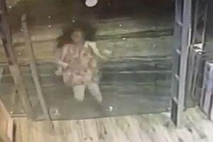 Frau läuft gegen Glasscheibe