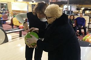 Oma beim Bowling
