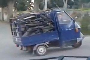 Holztransport mit einem Piaggio Ape 50