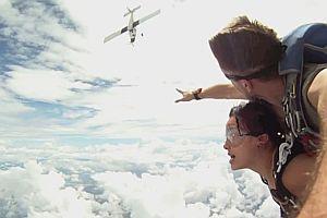 Flugzeug verfehlt Fallschirmspringer nur knapp