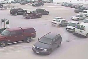 92jähriger rammt 9 Autos auf einem Parkplatz