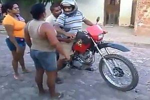 Betrunkene versuchen Motorrad zu fahren