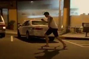 Betrunken auf einem Skateboard