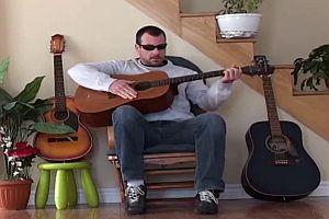 Katze rächt sich an bösem Gitarrenspieler