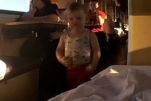 Junge schlendert durch einen Zug