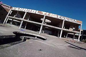 Quadrocopter fliegt durch verlassenes Krankenhaus