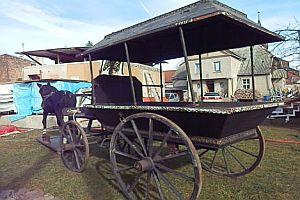 Sargkutsche mit Pferdeattrappe