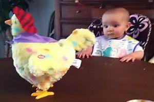Baby geschockt über Ostereier
