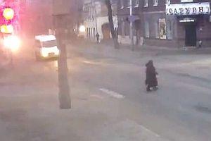 Frau entgeht Unfall