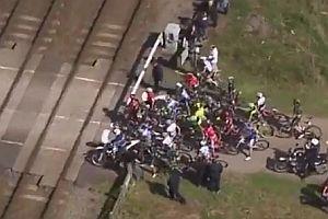 Zug unterbricht Radrennen