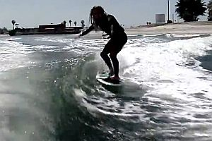 Surfen auf einer Bootswelle