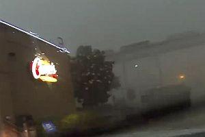 Sturm drückt Zug von einer Brücke