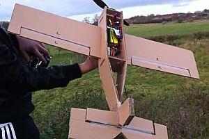 Ferngesteuertes Flugzeug aus Pappe