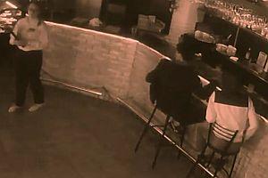 Kellnerin schlägt Gast zu Boden