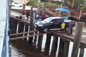 Auto in ein Schiff verladen