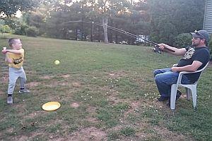 Angelpapa spielt mit Sohn Baseball