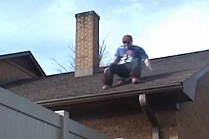 Sprung mit Skateboard vom Dach auf Zaun