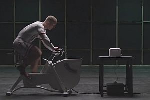 Radfahrer versorgt Toaster mit Strom