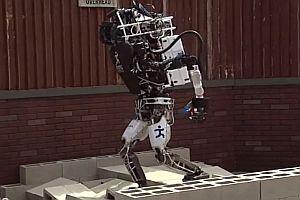 Roboter fallen hin