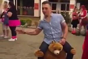 Mann auf den Schultern eines Bären