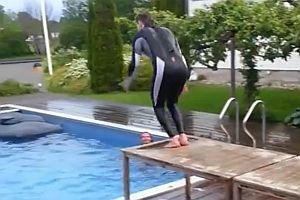 Sprung in einen Pool