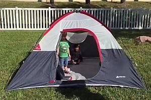 Kleinkinder kommen aus einem Zelt