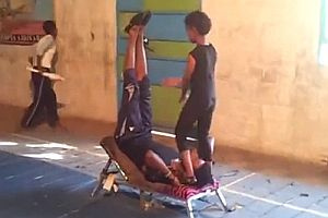 Junge beim Akrobatiktraining