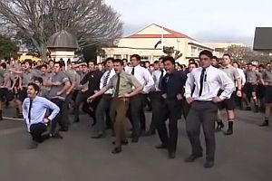 Schüler tanzen den Haka