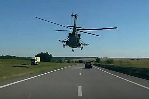 Hubschrauber über einer Autobahn