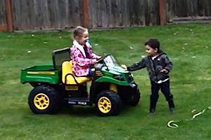 Kinder auf Spielzeugautos