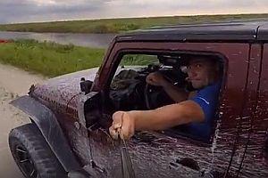 Jeepfahrer baut Unfall mit einem Selfiestick