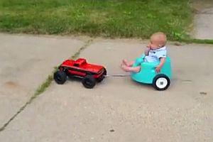 Baby wird von ferngesteuerten Auto gezogen