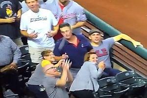 Fan bekommt Baseball gegen den Kopf