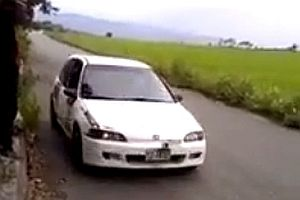 Enge Kurve bei Rallye