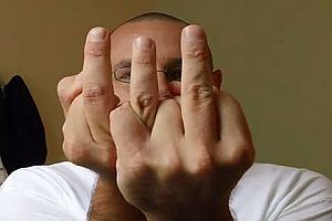 Dreifacher Mittelfinger
