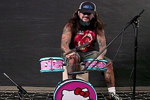 Schlagzeuger spielt auf Hello Kitty Schlagzeug