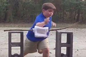 Junge demonstriert seine Karatefähigkeiten