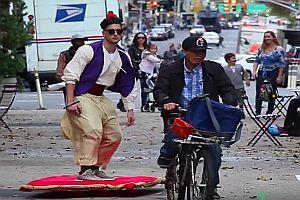 Aladdin fliegt durch die Stadt