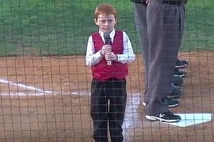 Junge singt Nationalhymne mit Schluckauf